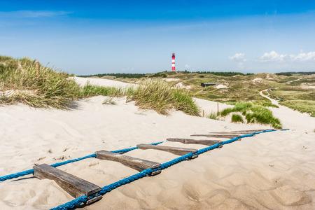 Belle paysage de dunes avec le phare traditionnelle sur l'île de Amrum en mer du Nord, Schleswig-Holstein, Allemagne