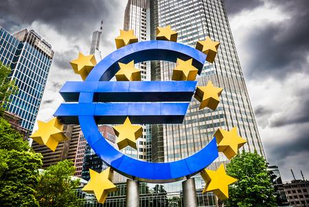 Euro teken bij Europese Centrale Bank hoofdkantoor in Frankfurt, Duitsland met donkere dramatische wolken symbool van een financiële crisis Redactioneel