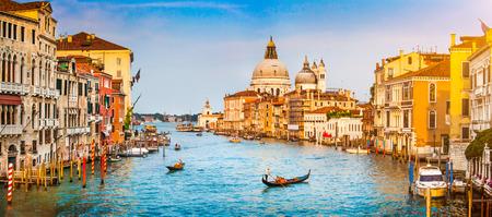 Vista panorámica del famoso Canal Grande y Basilica di Santa Maria della Salute al atardecer en Venecia, Italia Foto de archivo