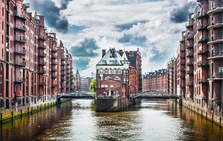 Belle vue sur le célèbre quartier Speicherstadt d'entrepôt de nuages ??noirs avant la tempête à Hambourg, Allemagne