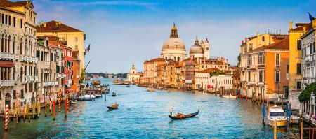 Vista panoramica del famoso Canal Grande e Basilica di Santa Maria della Salute al tramonto a Venezia, Italia Archivio Fotografico - 30245463