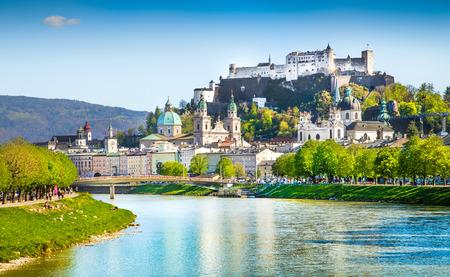 Schöne Aussicht auf Salzburg Skyline mit Festung Hohensalzburg und Salzach im Sommer, Salzburg, Salzburger Land, Österreich