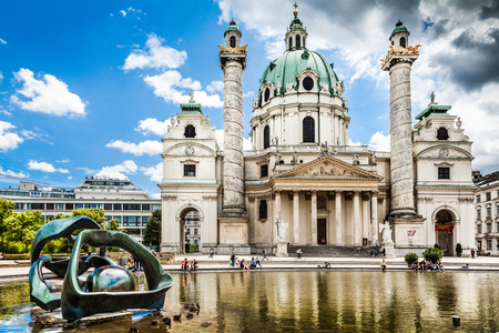 innere: Beautiful view of famous Karlskirche in Vienna, Austria