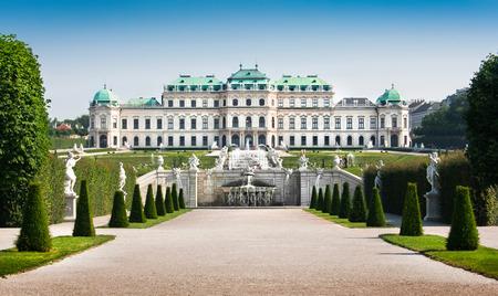 Piękny widok na słynny Zamek Belvedere, zbudowany przez Johann Lucas von Hildebrandt jako letnia rezydencja księcia Eugeniusza Sabaudzkiego, w Wiedniu, Austria