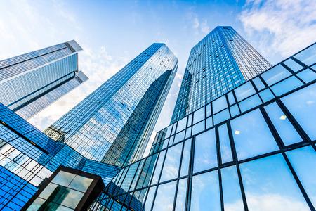 青い空とビジネス地区のモダンな高層ビル