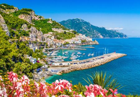 Scenic ansichtkaart uitzicht op de beroemde Amalfi kust met prachtige Golf van Salerno, Campanië, Italië Stockfoto