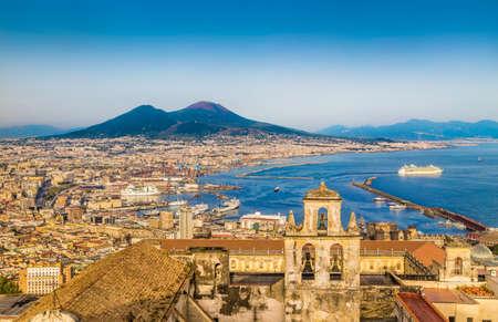 körfez: Gün batımında altın akşam ışığında ünlü Vezüv Yanardağı ile Napoli kentinin doğal resim kartpostal görünümü, Campania, İtalya Stok Fotoğraf