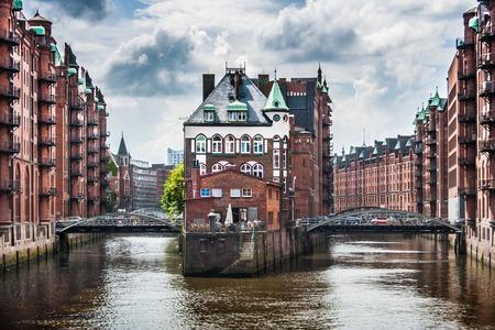 Beroemde Speicherstadt met donkere wolken voor de storm in Hamburg, Duitsland