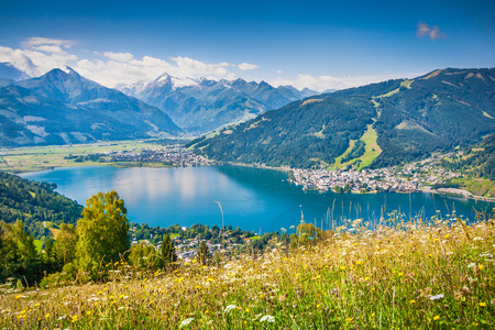 am: Beautiful mountain landscape in the Alps with Zeller Lake in Zell am See, Salzburger Land, Austria