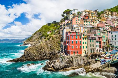 Vue panoramique de Riomaggiore, l'une des cinq célèbres villages de pêcheurs de Cinque Terre en Ligurie, Italie