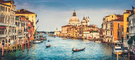 Panorama-Blick auf berühmten Canal Grande und Santa Maria della Salute bei Sonnenuntergang in Venedig, Italien mit Retro-Vintage-Effekt