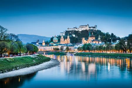Salzbourg paysage urbain avec Forteresse de Hohensalzburg et la rivière Salzach à l'heure bleue, Salzbourg, Autriche Banque d'images