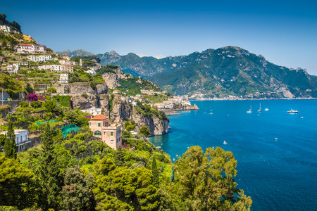 Scenic vue de carte postale de la célèbre côte amalfitaine avec magnifique golfe de Salerne, Campanie, Italie Banque d'images - 32749927
