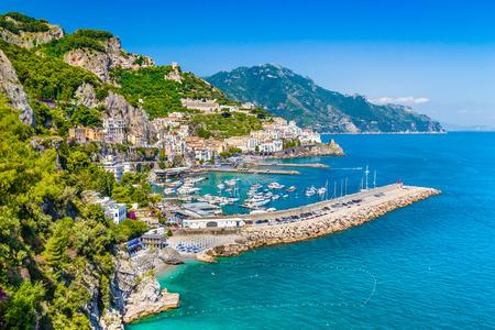 Scenic vue de carte postale de la célèbre côte amalfitaine avec magnifique golfe de Salerne, Campanie, Italie Banque d'images - 32750124