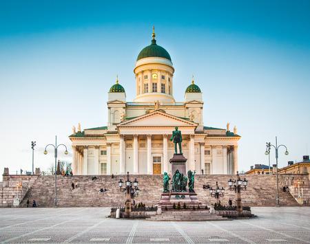Belle vue de la célèbre cathédrale d'Helsinki dans la belle lumière du soir, Helsinki, Finlande