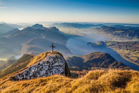 산 꼭대기와 호수와 황금 저녁 빛에 알프스의 아름다운 가을 풍경