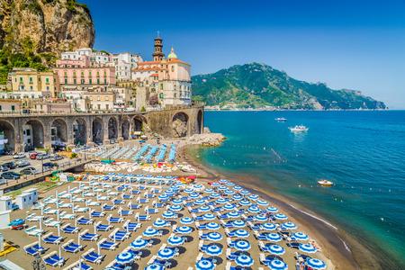 paisaje mediterraneo: Escénica vista de postal de la bella localidad de Atrani en la famosa costa de Amalfi con Golfo de Salerno, Campania, Italia