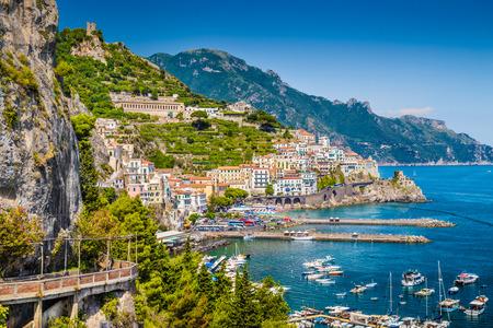Vista panoramica da cartolina della splendida città di Amalfi in Costiera Amalfitana famosa con il Golfo di Salerno, Campania, Italia