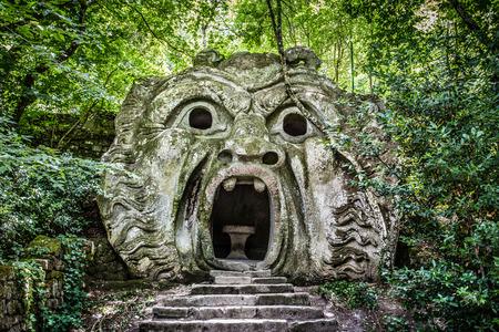 Orcus mond beeldhouwkunst aan beroemde Parco dei Mostri  Park van de Monsters, ook genaamd Sacro Bosco  heilige bos of de tuinen van Bomarzo in Bomarzo, provincie Viterbo, Noord-Lazio, Italië