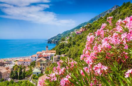 美しいサレルノ湾、カンパニア州、イタリアの有名なアマルフィ海岸の風光明媚な絵葉書ビュー