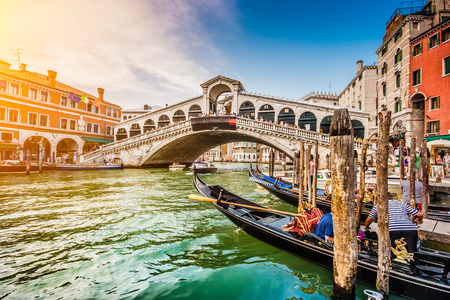 Panoramic view of famous Canal Grande with famous Rialto Bridge at sunset in Venice, Italy Standard-Bild