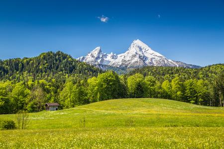 Hermoso paisaje de montaña en los Alpes bávaros con el pueblo de Berchtesgaden y Watzmann macizo en el fondo al amanecer, Parque Nacional Berchtesgaden, Baviera, Alemania Foto de archivo