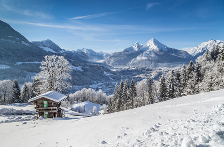 Piękny krajobraz górski w Alpach Bawarskich w miejscowości Berchtesgaden i Watzmann masywu w tle na wschód słońca, Nationalpark Berchtesgadener, Bawaria, Niemcy