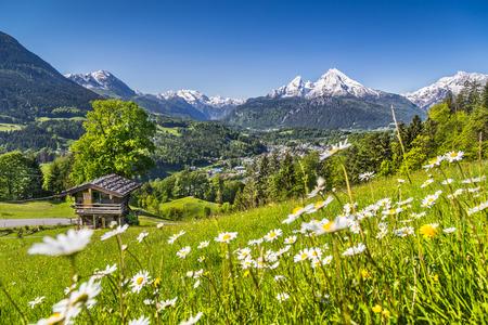 Schöne Berglandschaft in den bayerischen Alpen mit Dorf Berchtesgaden- und Watzmann-Gebirgsmassivs im Hintergrund bei Sonnenaufgang, Nationalpark Berchtesgadener Land, Bayern, Deutschland Standard-Bild