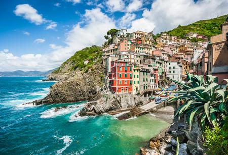 Riomaggiore 부근의 파노라마 뷰, 리구 리아, 이탈리아 친퀘 테레 (Cinque Terre)의 5 유명한 어부의 마을 중 하나