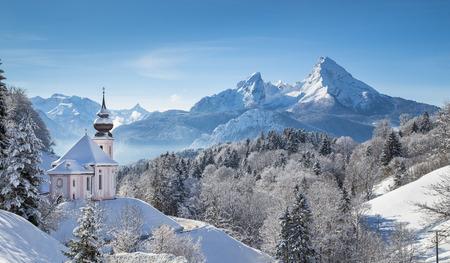 iglesia: Vista panorámica del hermoso paisaje de invierno en los Alpes bávaros con la iglesia de peregrinación de María Gern y famoso macizo Watzmann en el fondo, Nationalpark Berchtesgaden, Baviera, Alemania Foto de archivo