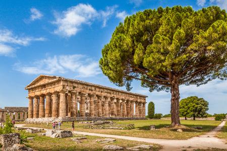 有名なパエストゥム考古学ユネスコ世界遺産、サレルノ、イタリア、カンパニア州、世界で最もよく保存された古代ギリシャ人の寺院のいくつかが含まれているヘラの神殿 写真素材 - 37347634