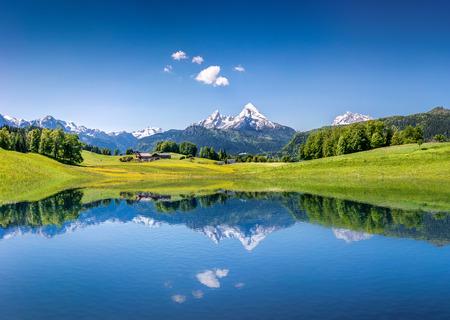 Paysage idyllique d'été avec lac de montagne clair dans les Alpes Banque d'images