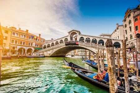 베니스, 이탈리아에서 일몰 유명한 리알토 다리와 유명한 운하 그란데 파노라마보기 스톡 콘텐츠
