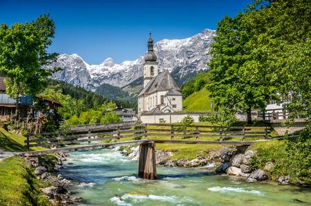 swiss alps: Scenic krajobraz górski w Alpach Bawarskich z słynnego kościoła parafialnego św Sebastian w miejscowości Ramsau, Nationalpark Berchtesgadener, Górna Bawaria, Niemcy
