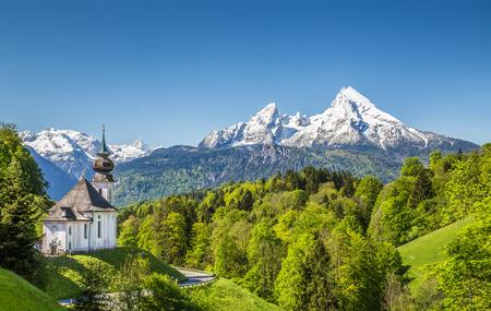 巡礼教会のマリア Gern Watzmann 山地国立公園ベルヒテス, ババリア, ドイツ、背景とバイエルン ・ アルプスの美しい山の風景 写真素材