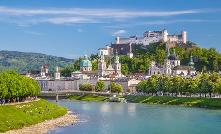 castillo medieval: Hermosa vista del horizonte de Salzburgo con Festung Hohensalzburg y el r�o Salzach, en verano, Salzburgo, Estado de Salzburgo, Austria Foto de archivo
