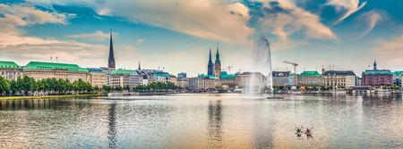 Vista panoramica del famoso Binnenalster in luce dorata sera al tramonto, Amburgo, Germania Archivio Fotografico - 38391865