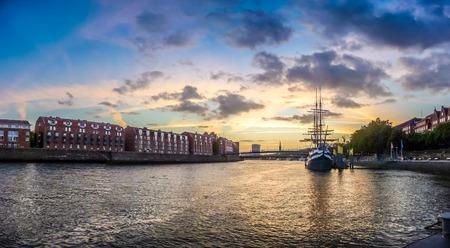 Historische Stadt Bremen mit Weser mit dramatischen Wolken bei Sonnenuntergang, Deutschland
