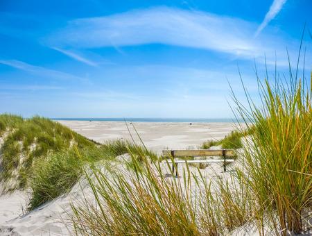 Schöne Dünenlandschaft und langen Strand auf der Insel Amrum in der Nordsee, Schleswig-Holstein, Deutschland