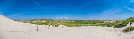 北海、ドイツのシュレースヴィヒ = ホルシュタイン州のアムルム島の伝統的な灯台と美しい砂丘の風景 写真素材