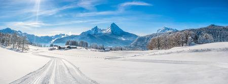 Panorama-Blick auf schöne Winterlandschaft in den bayerischen Alpen mit Langlaufloipen und der berühmten Watzmann-Massiv im Hintergrund, Nationalpark Berchtesgadener Land, Bayern, Deutschland