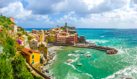 Beautiful view of Vernazza, one of the five famous fisherman villages of Cinque Terre with dramatic cloudscape in Liguria, Italy 免版税图像