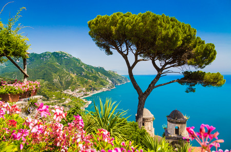 有名なアマルフィ海岸ラヴェッロ、カンパニア州、イタリアのヴィラ ルーフォロ ガーデンからサレルノ湾の風光明媚な絵葉書ビュー