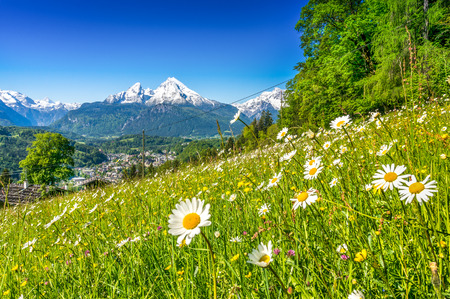 Panoramic view of beautiful landscape in the Bavarian Alps with famous Watzmann mountain in the background in springtime, Nationalpark Berchtesgadener Land, Bavaria, Germany Stockfoto