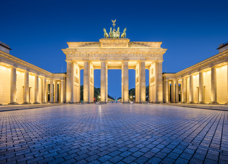 Panoramisch uitzicht op de beroemde Brandenburger Tor Brandenburger Tor, een van de bekendste monumenten en nationale symbolen van Duitsland, in de schemering tijdens het blauwe uur in de vroege ochtend, Berlijn, Duitsland