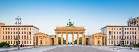 Panoramisch uitzicht op de beroemde Brandenburger Tor Brandenburger Tor, een van de bekendste monumenten en nationale symbolen van Duitsland, in mooie gouden morgen licht bij zonsopgang, Pariser Platz, Berlijn, Duitsland