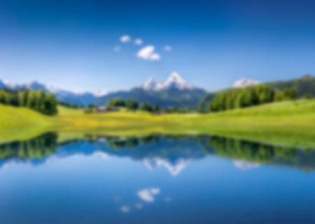 風景: 抽象的な背景ぼかしボケ像明確な山湖、アルプスの牧歌的な夏の風景