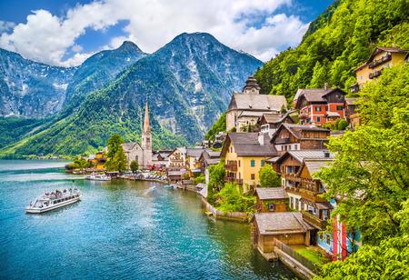 Escénica vista de postal del famoso pueblo de montaña con el lago Hallstatt Hallstatt en los Alpes austríacos, región de Salzkammergut, Austria