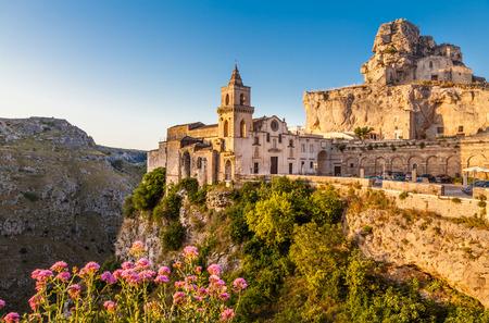 Ancienne ville de Matera Sassi di Matera, capitale européenne de la culture en 2019, en belle lumière dorée au lever du soleil, Basilicate, Italie du Sud Banque d'images