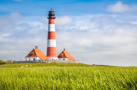 Mooie kustlandschap met traditionele vuurtoren op de achtergrond op North Sea in Noord-Friesland, Sleeswijk-Holstein, Duitsland